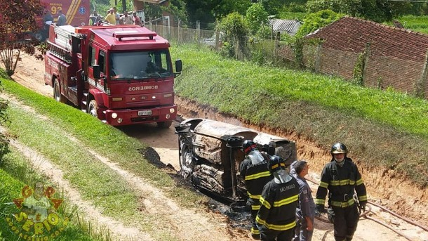 Carro tomba em Juquitiba e deixa três mortos e duas vítimas com queimaduras. (Foto: Reprodução / Agora É Sério)